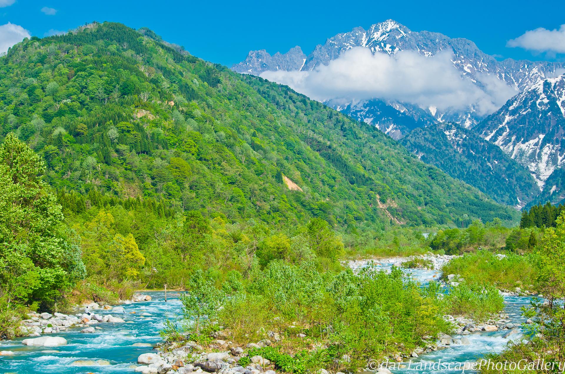 春の早月川と剣岳