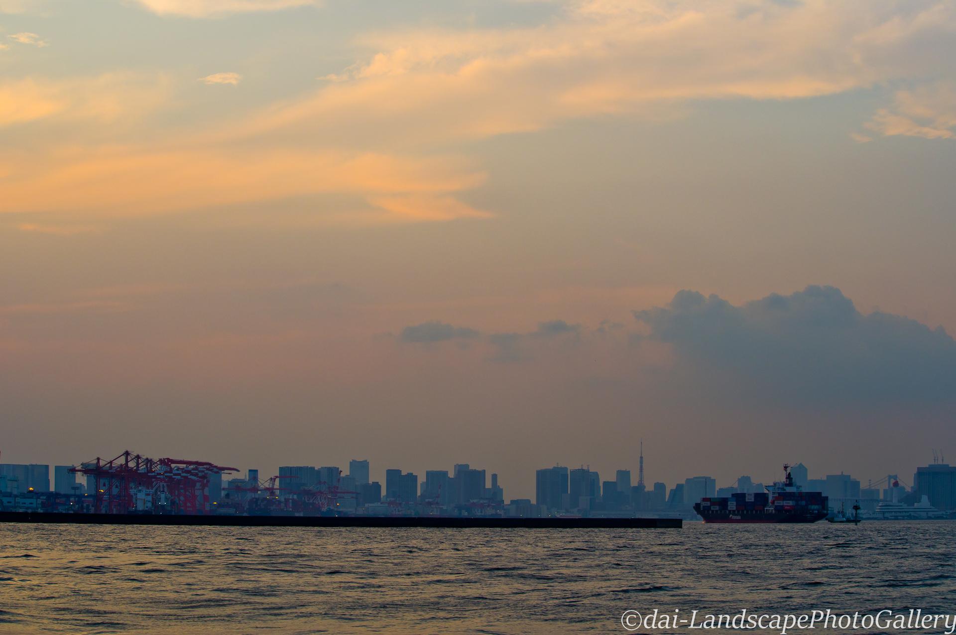 夕刻の東京港