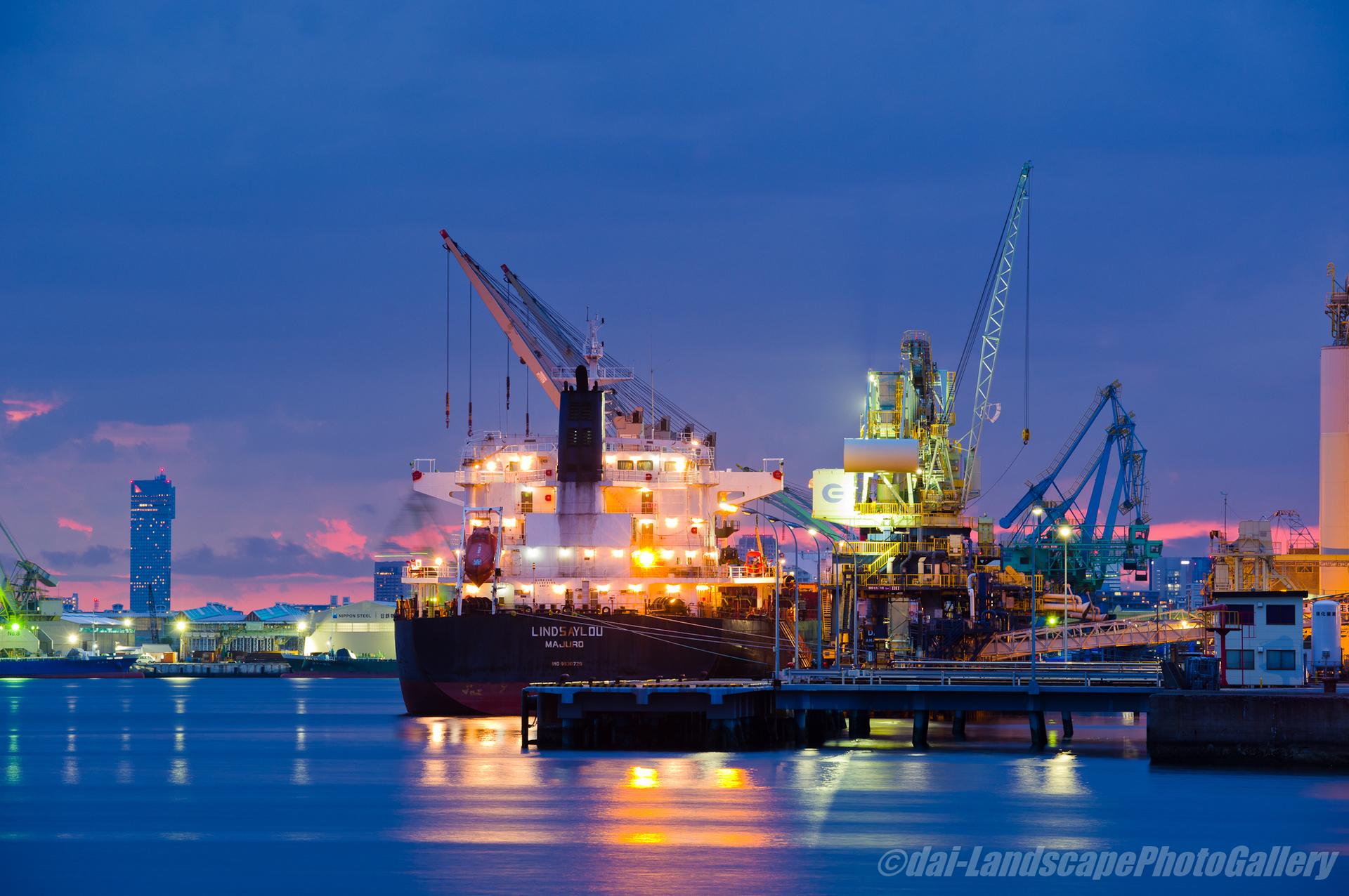 千葉港 薄暮の貨物船夕夜景