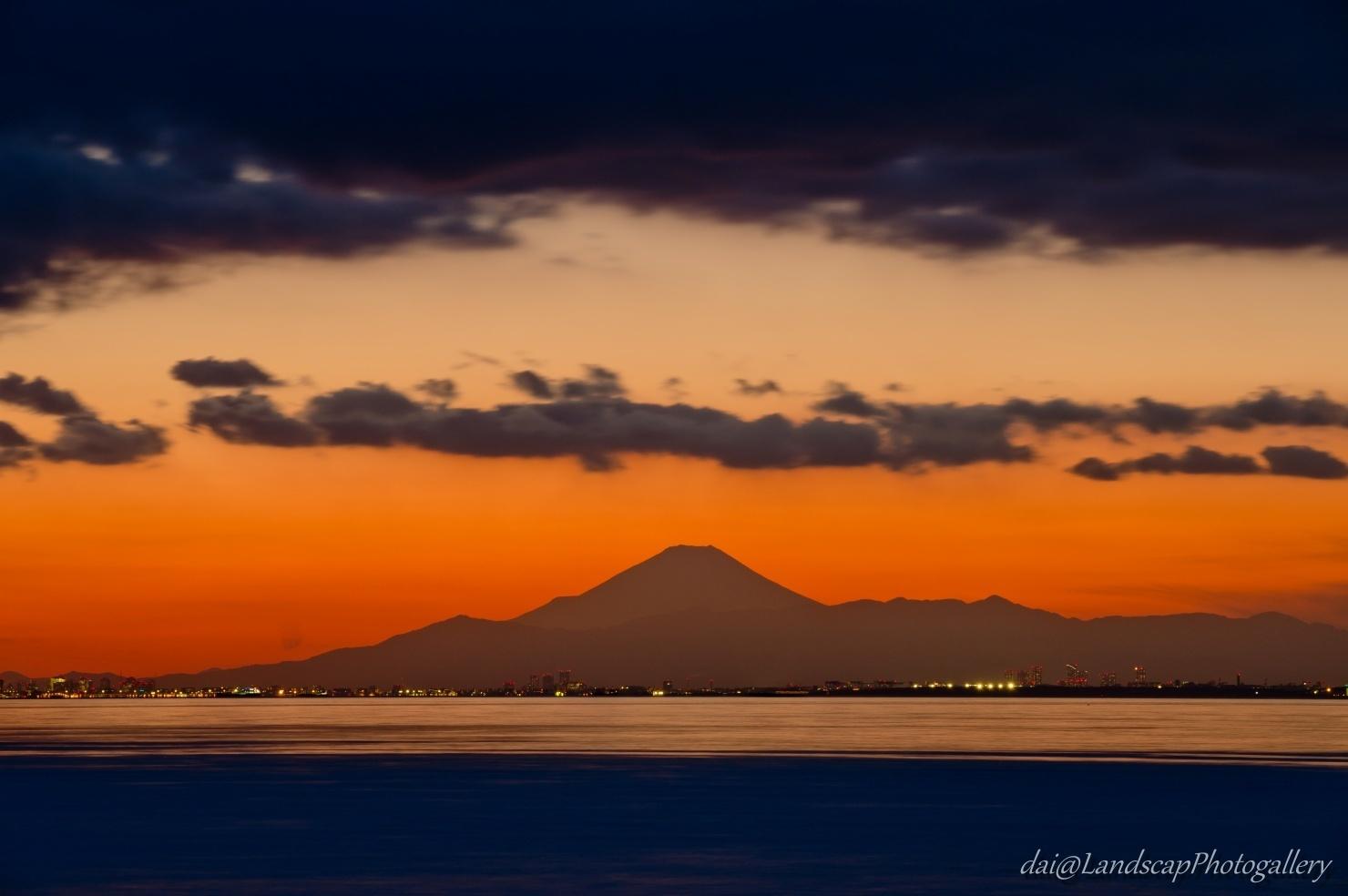 夕暮れの富士のシルエット