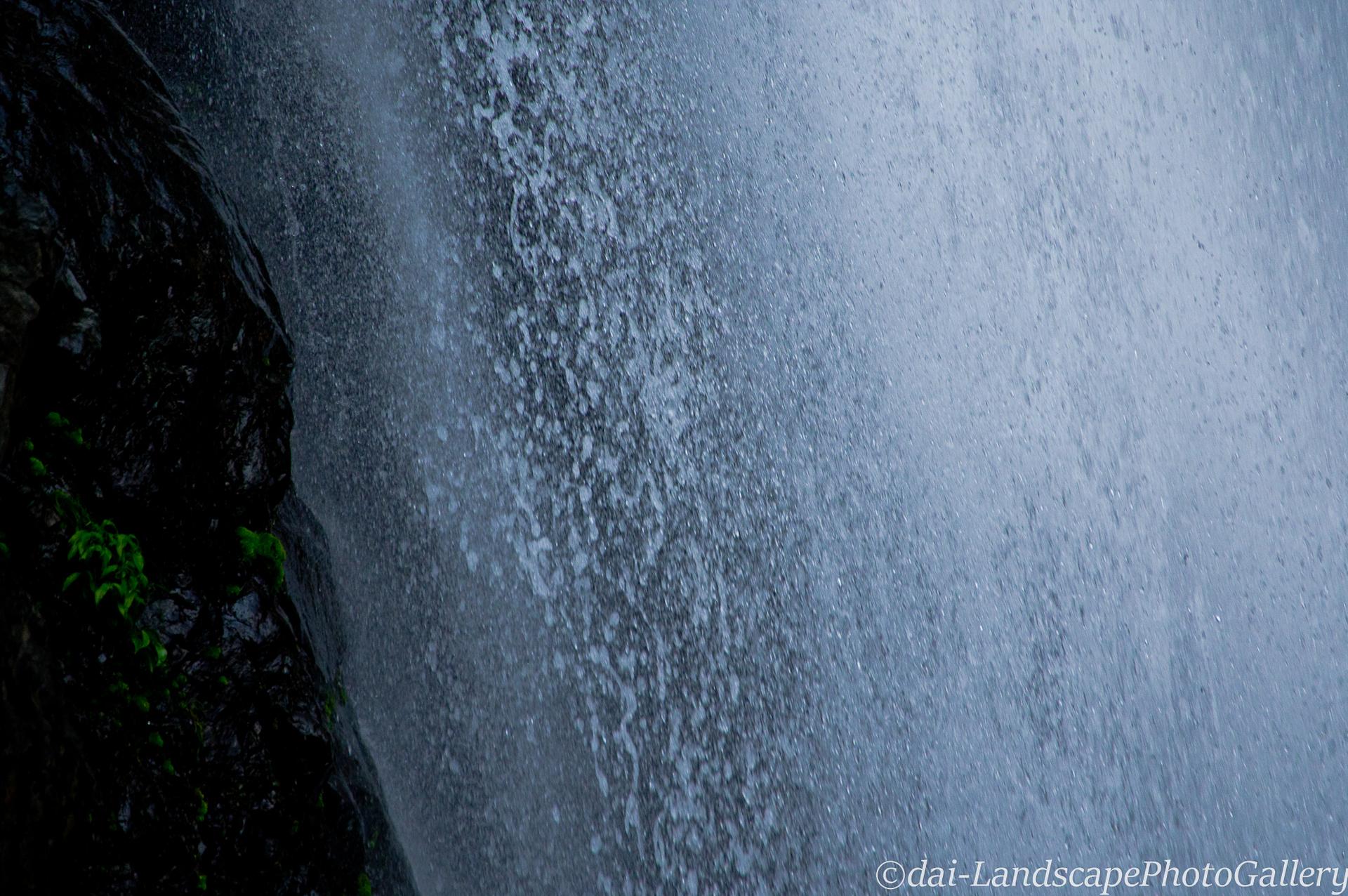 宇嶺の滝の飛沫