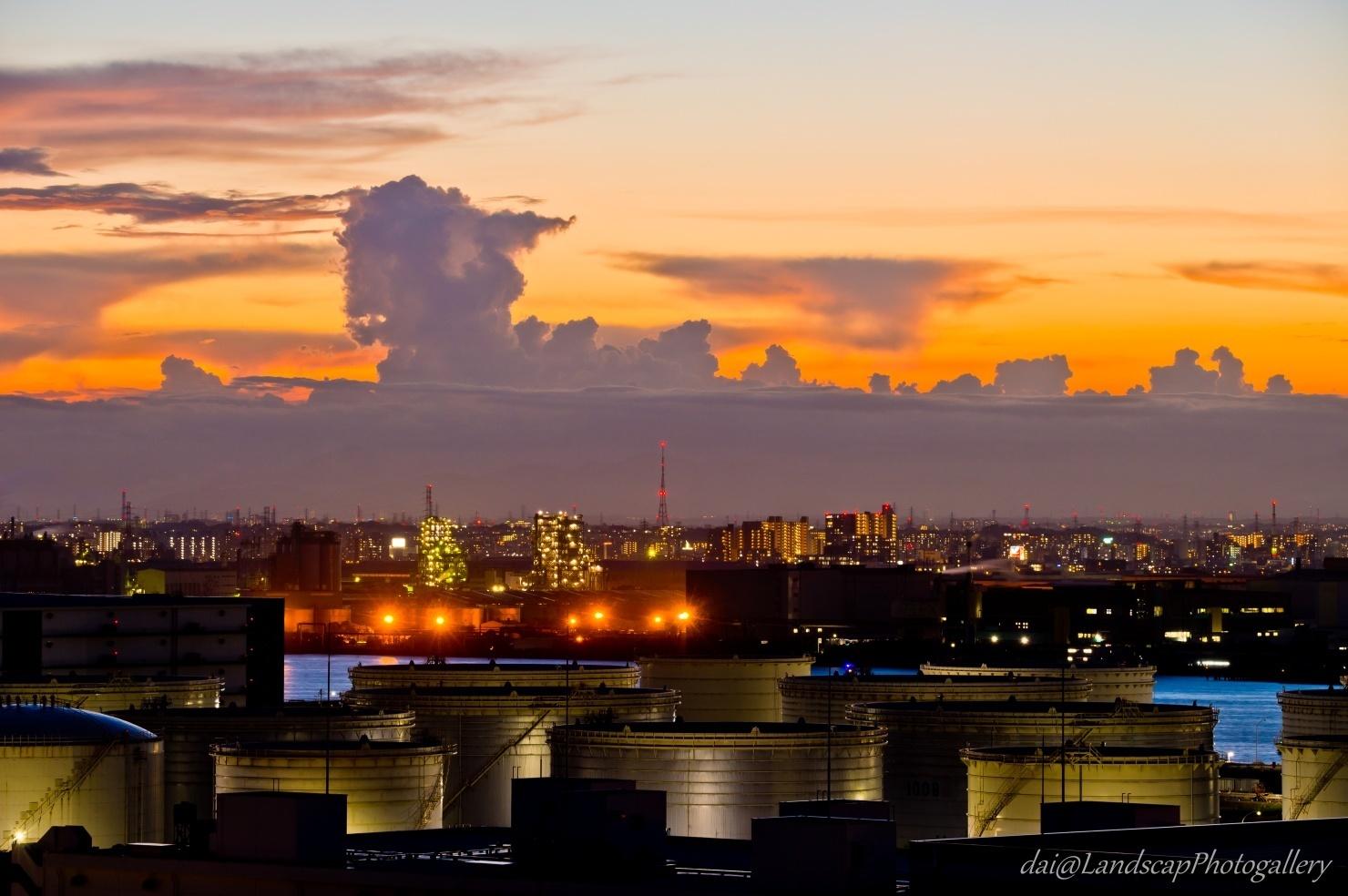 工場夕夜景と夏の夕雲