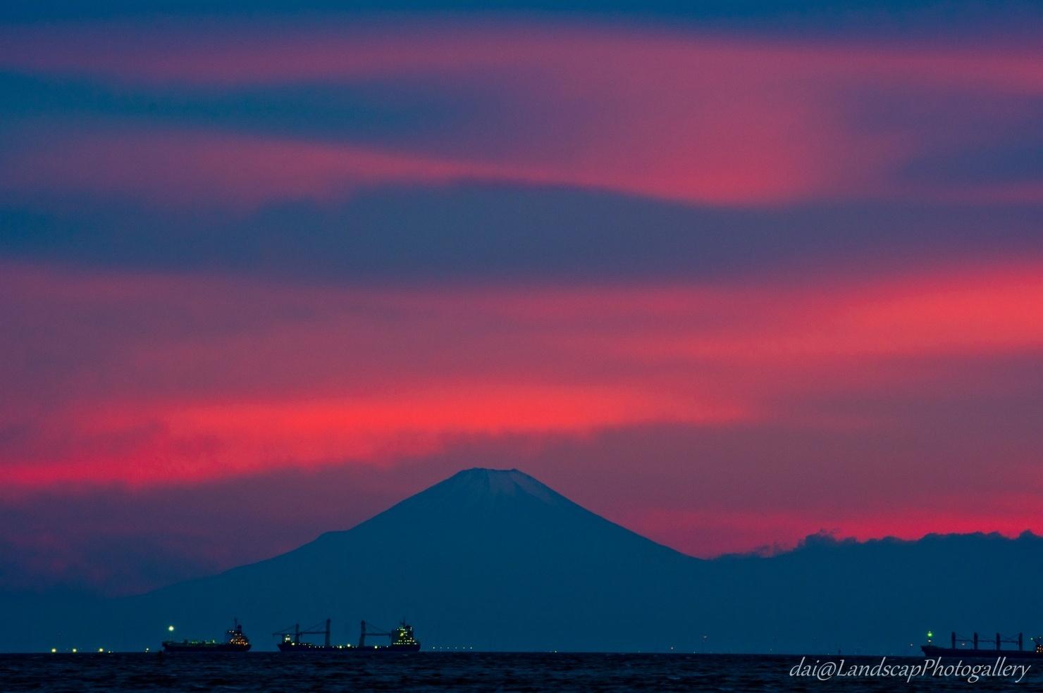 東京湾越しの富士山夕景