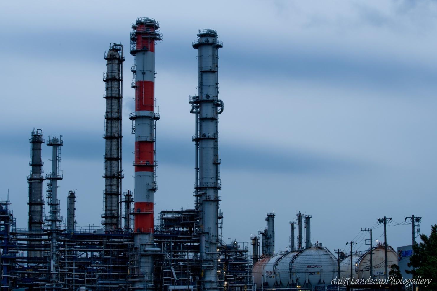 曇り空の工場風景