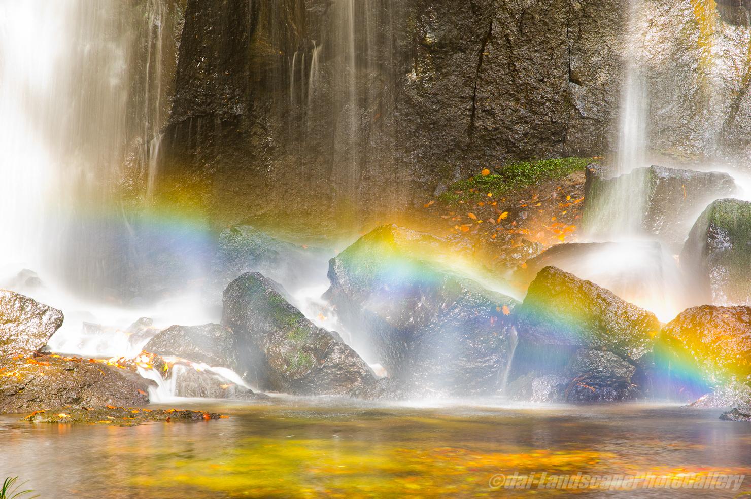 達沢不動滝の虹と紅葉風景