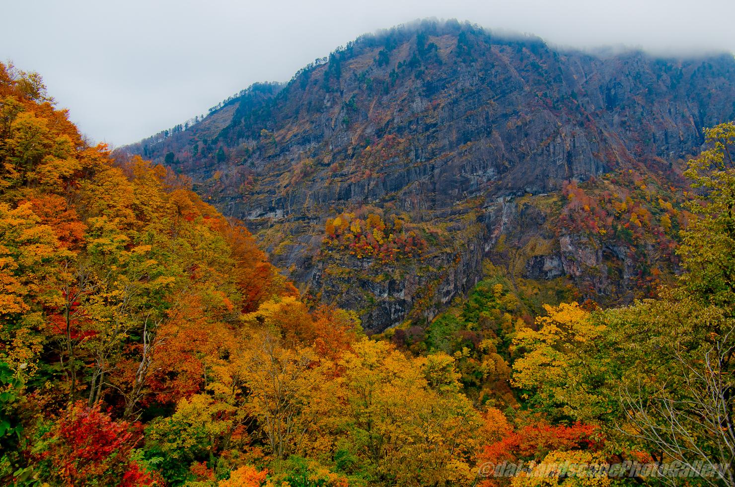 海谷山塊の紅葉風景