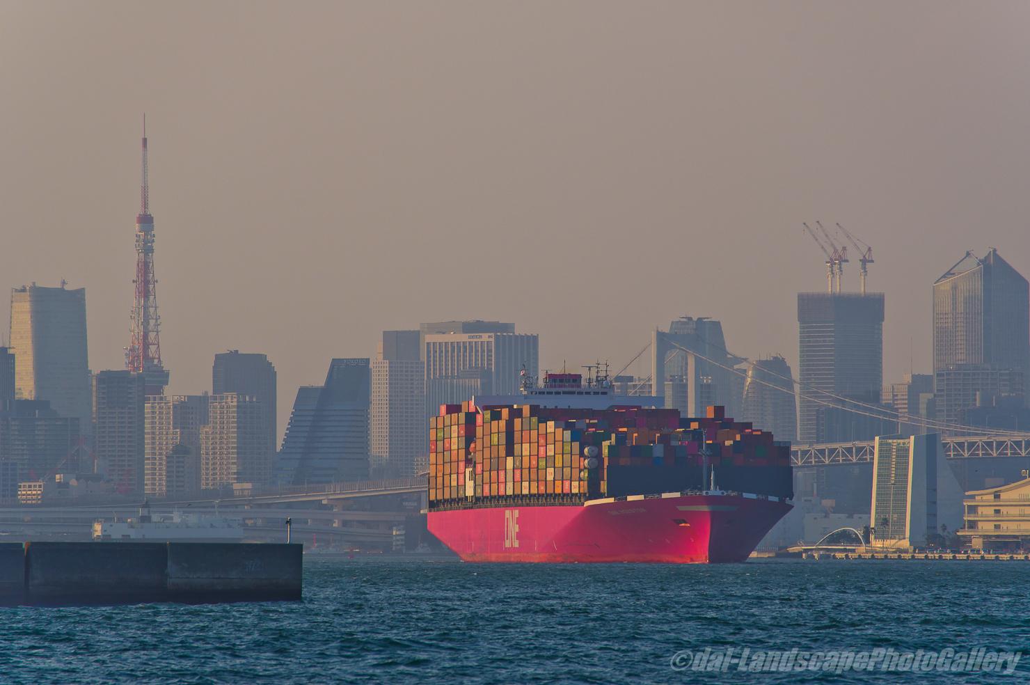 ONEコンテナ船と東京タワー
