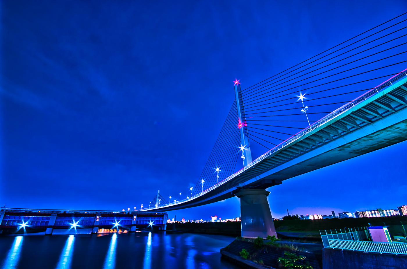 深夜の上平井水門とかつしかハープ橋