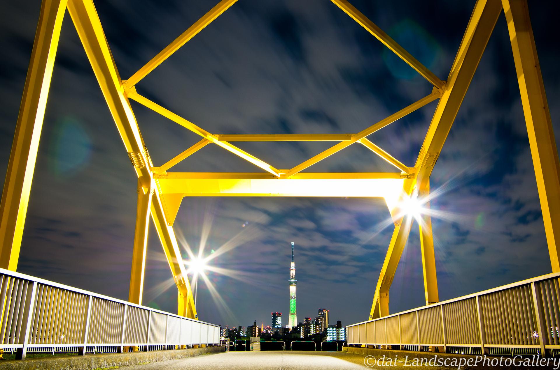 東四つ木避難橋と東京スカイツリー