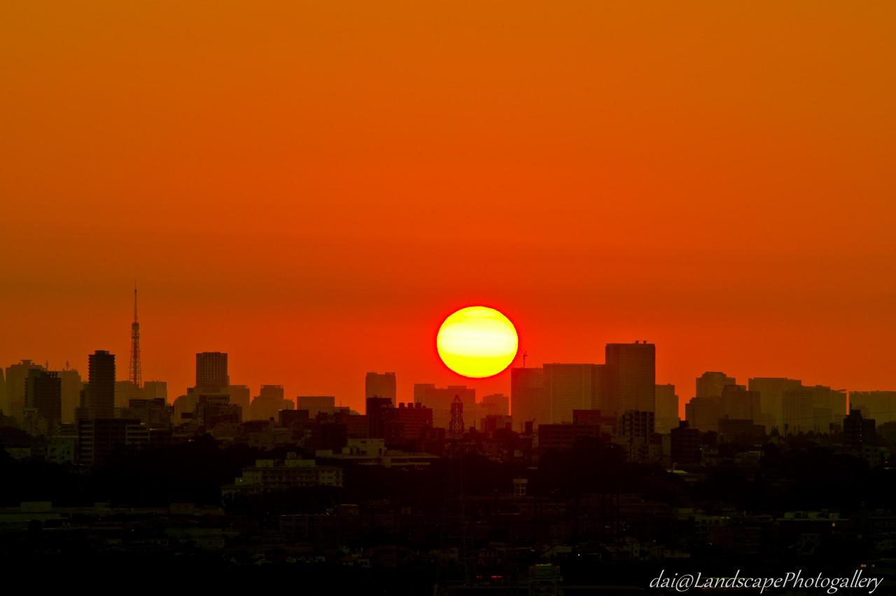 都心から昇る朝日