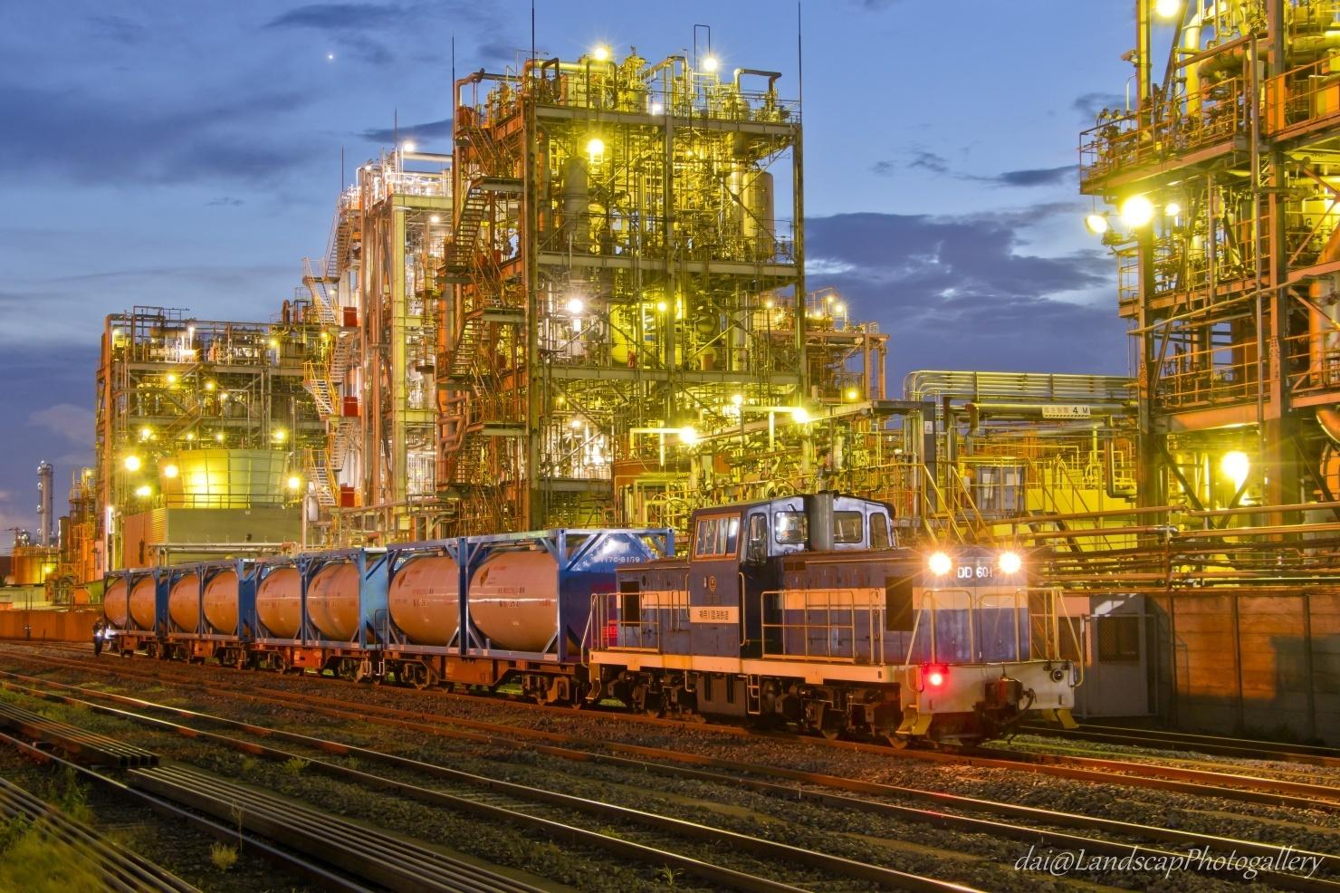 工場夜景と神奈川臨海鉄道貨物列車