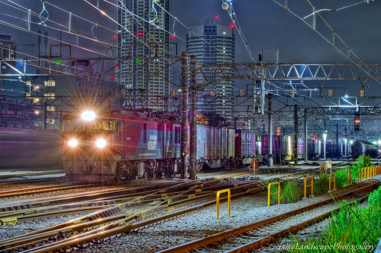 新鶴見信号場で待機する貨物列車夜景【HDRi】