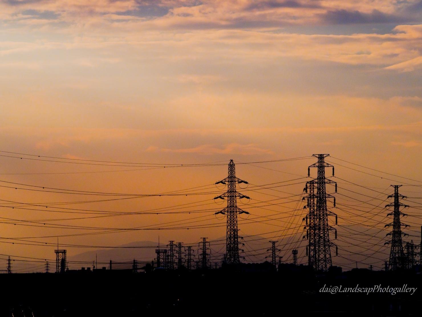 夕刻の鉄塔シルエット