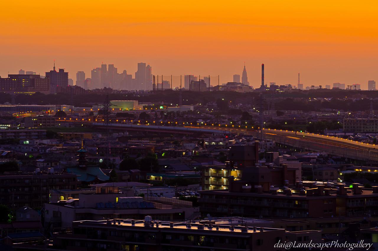 夜明けの東名高速と新宿副都心