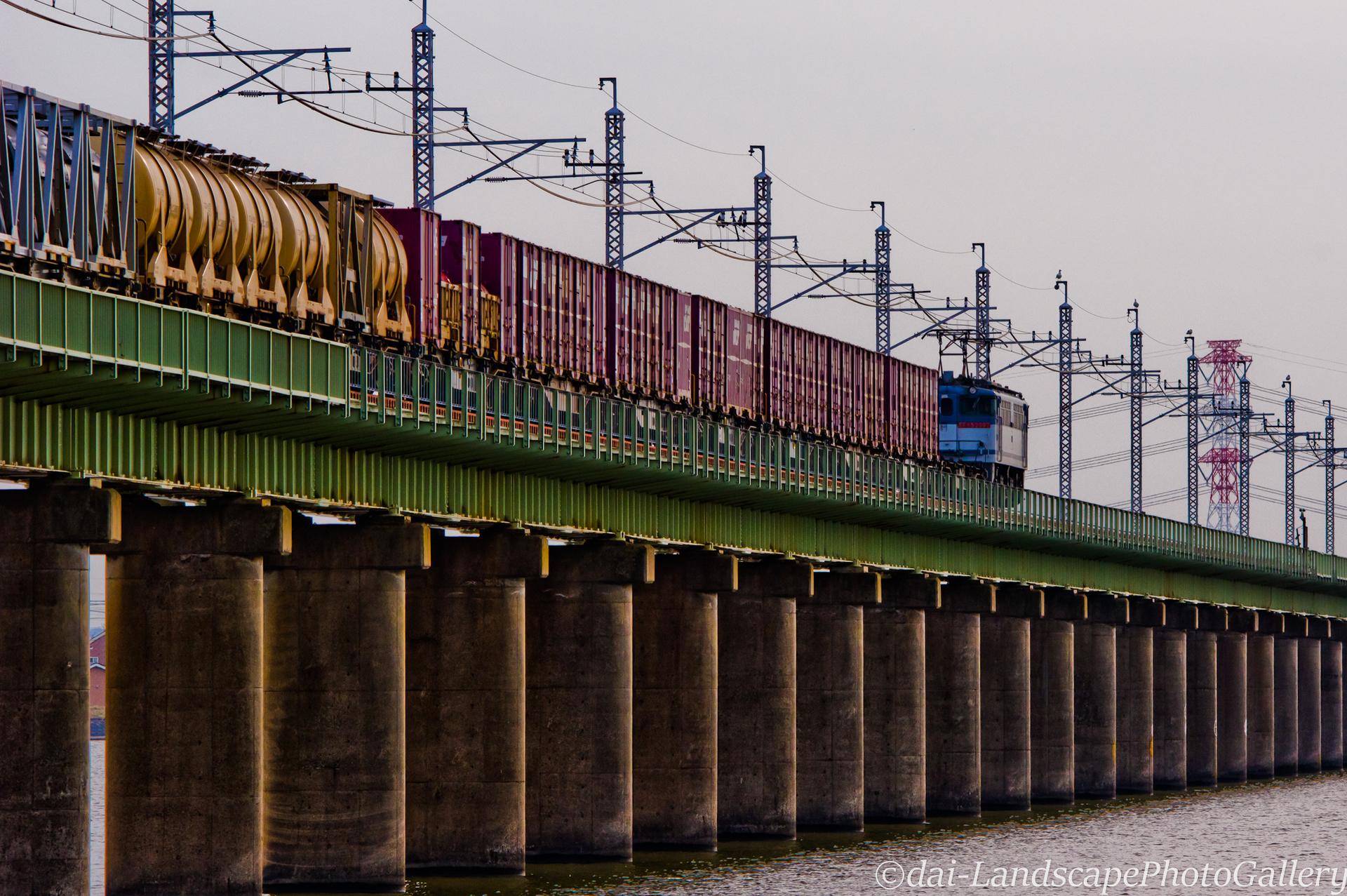 北浦橋梁をゆく貨物列車