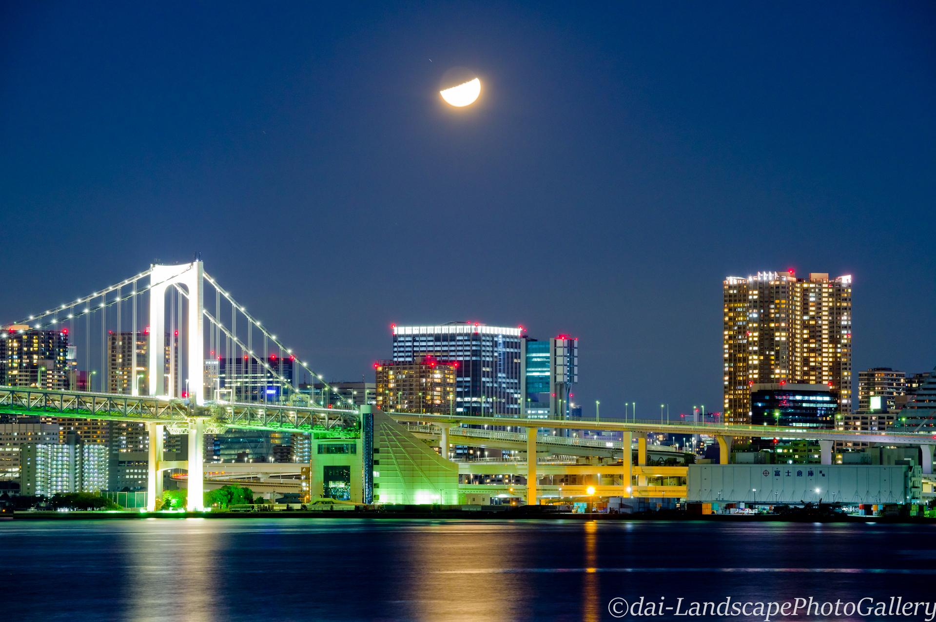 東京港に浮かぶ月