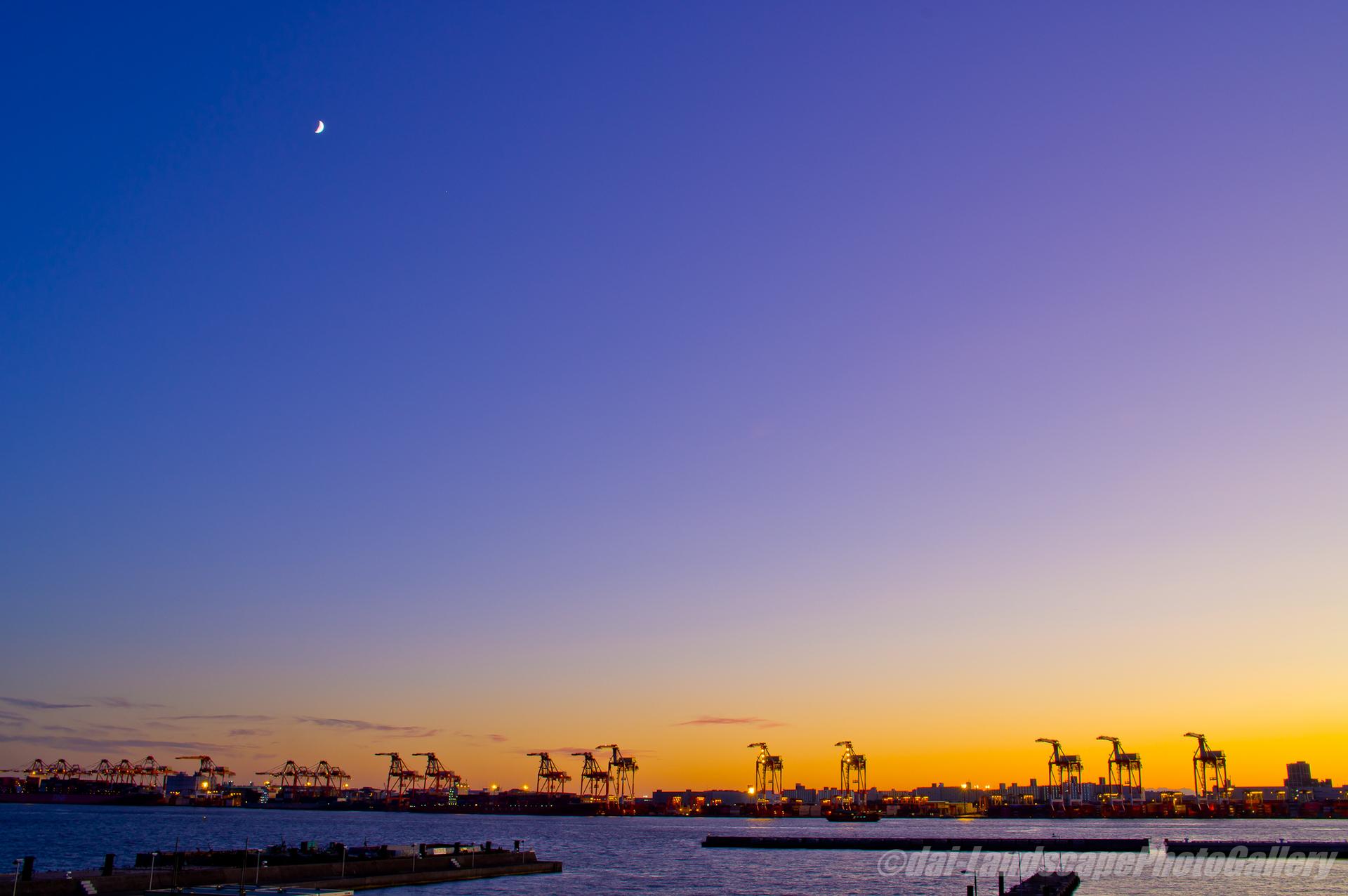 東京港の夕暮れと三日月