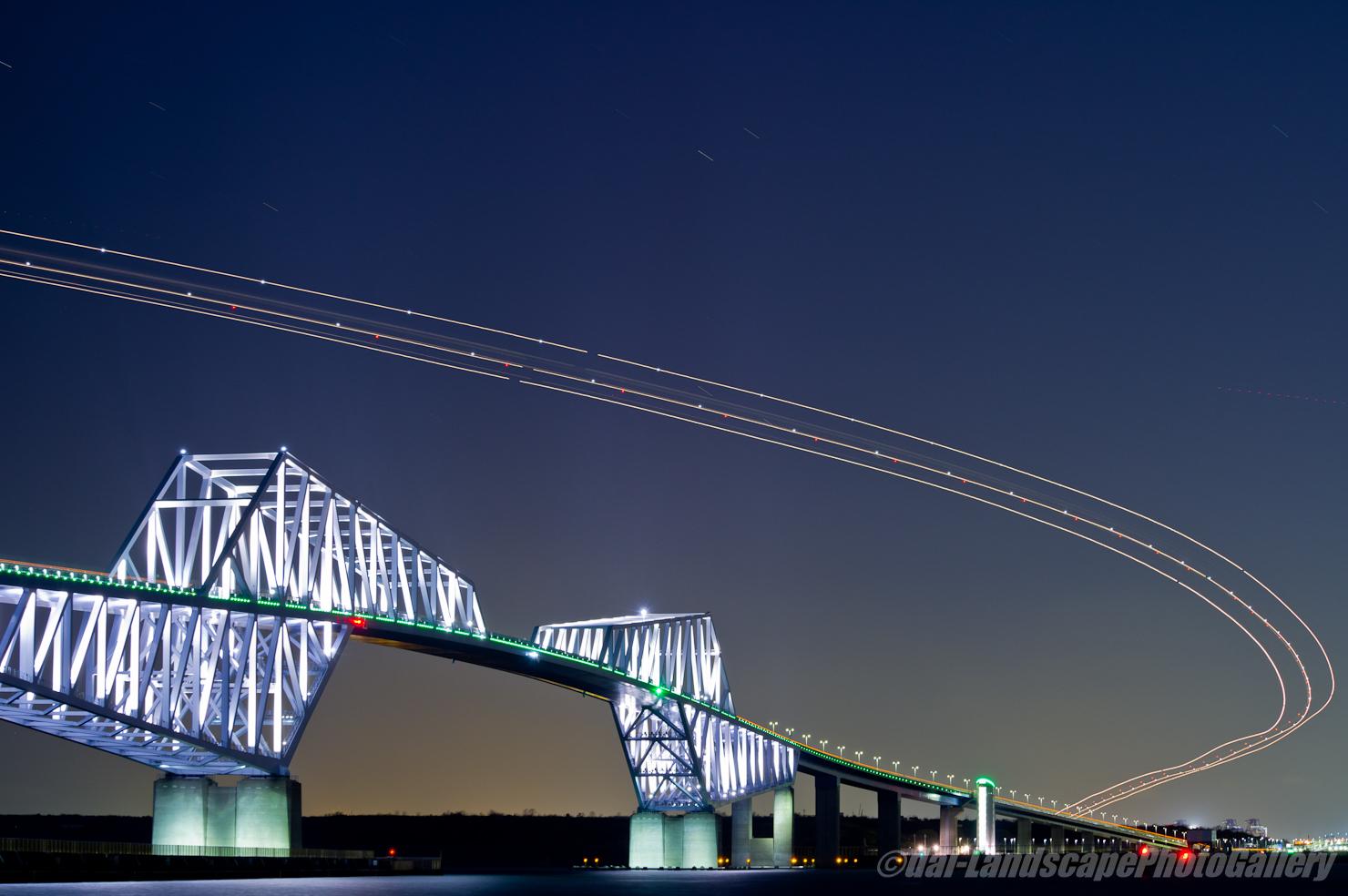 東京ゲートブリッジと飛行機の光跡