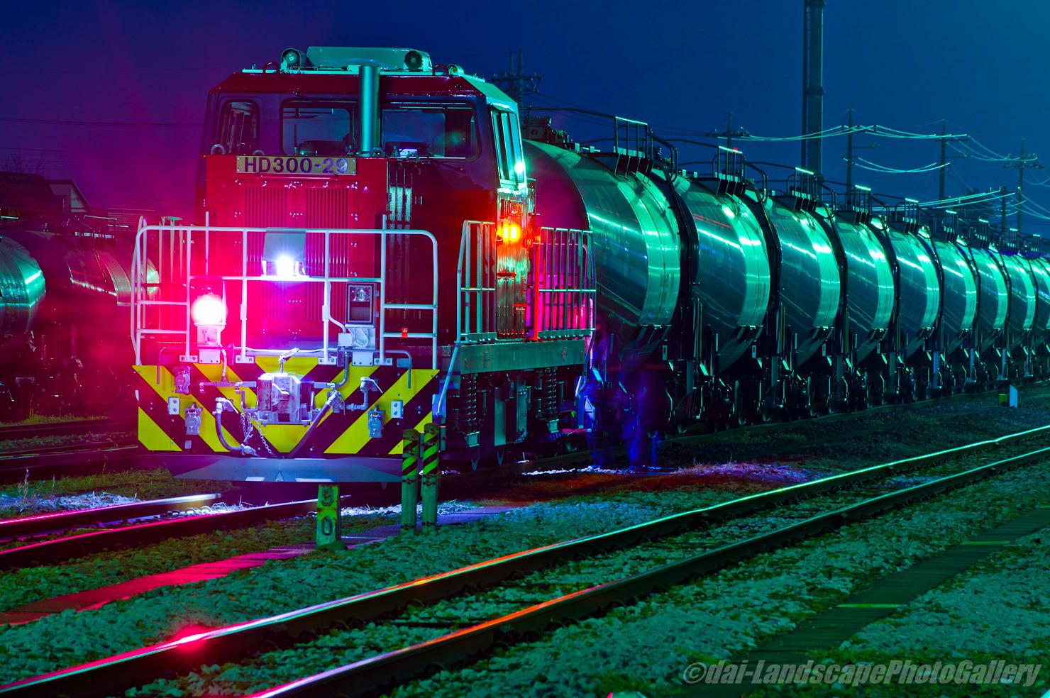 発車を待つ貨物列車