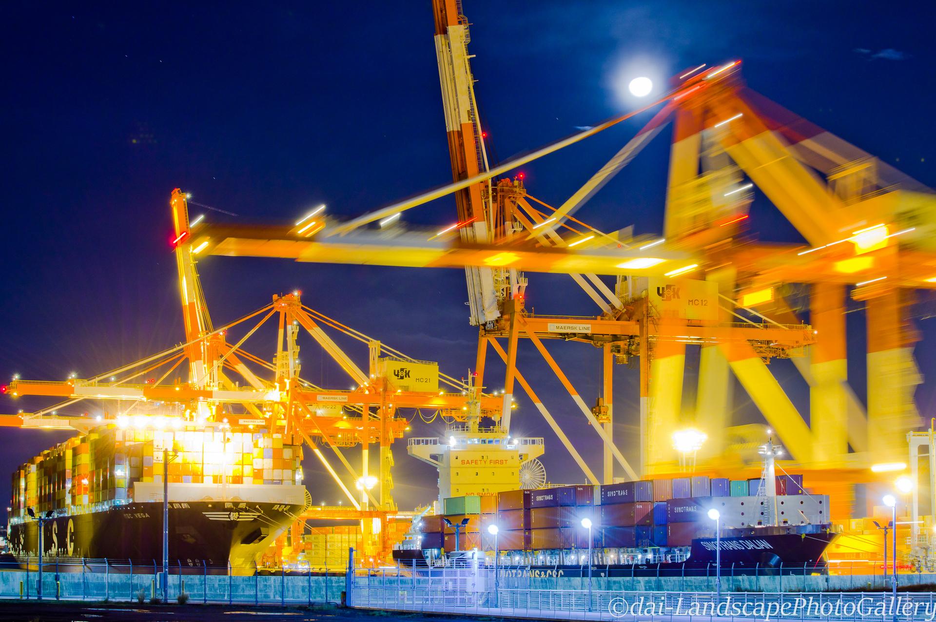 夜の南本牧ふ頭コンテナターミナル