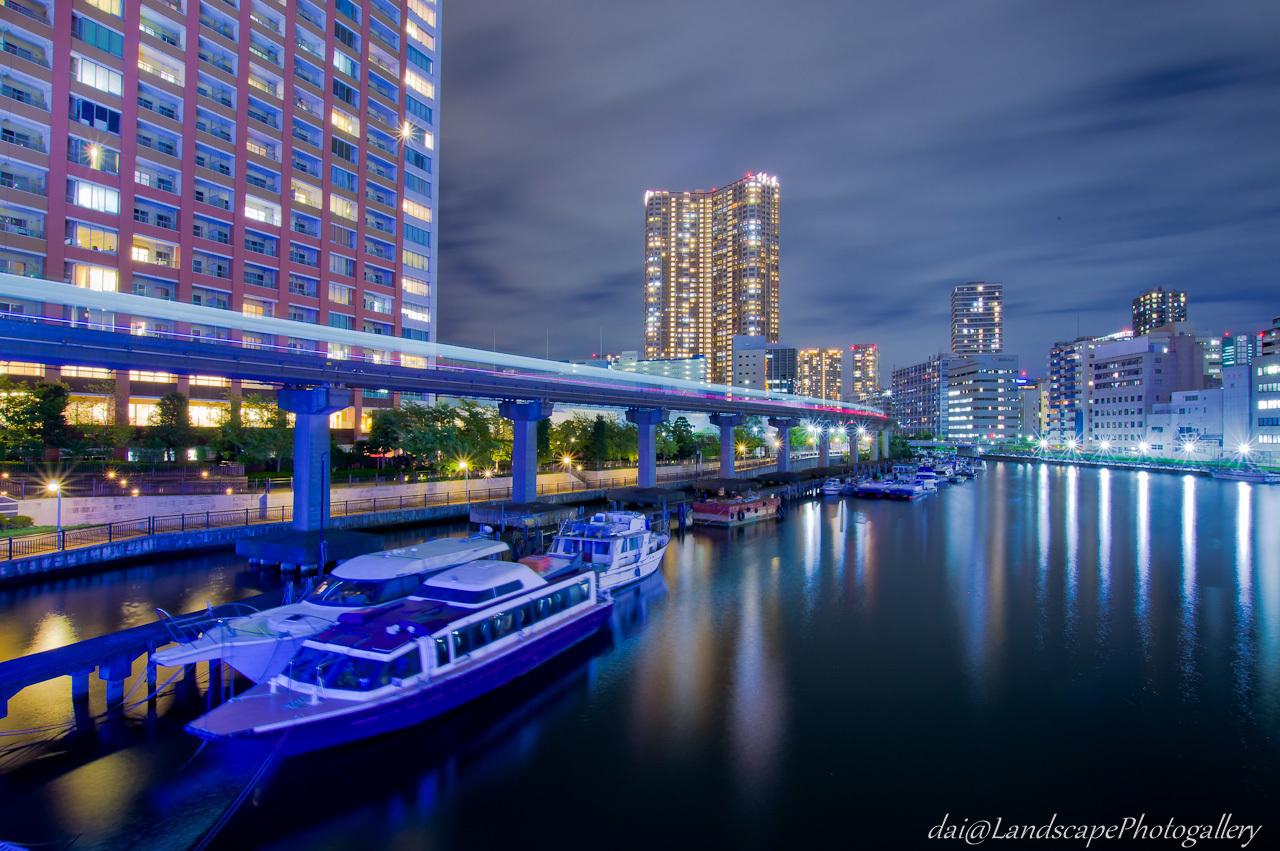 芝浦西運河と東京モノレールの光跡