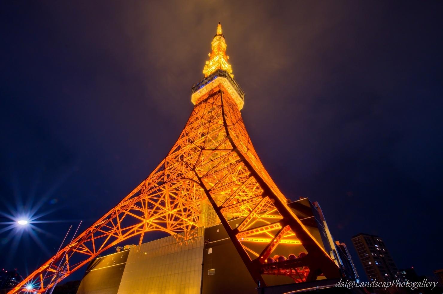 曇り空の東京タワー夜景