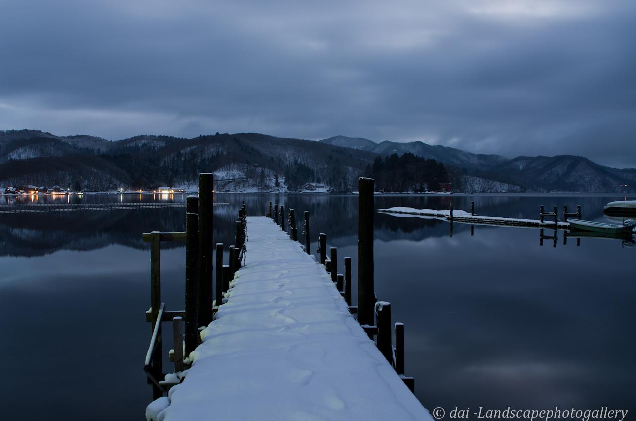 曇り空の冬の朝~野尻湖湖畔にて