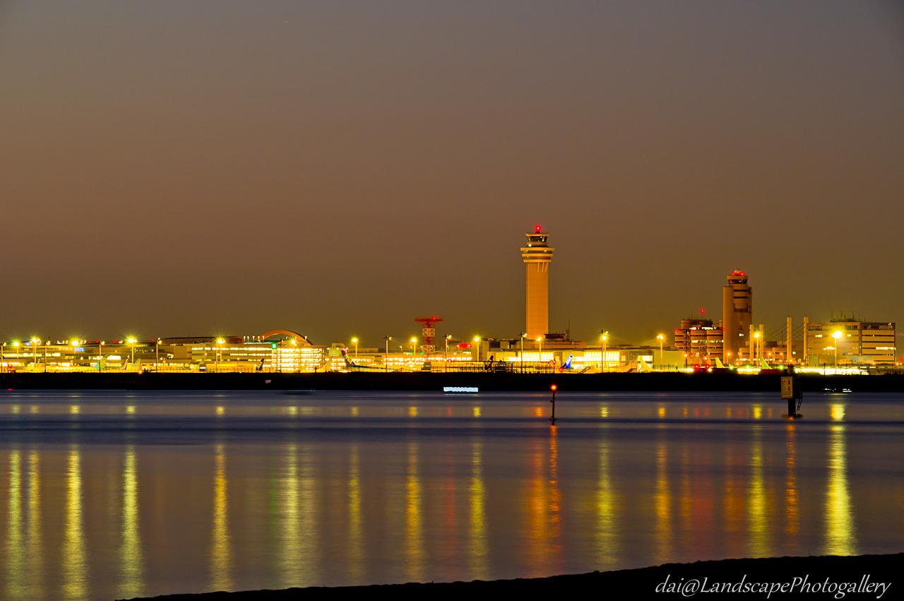 夜明けの羽田空港風景