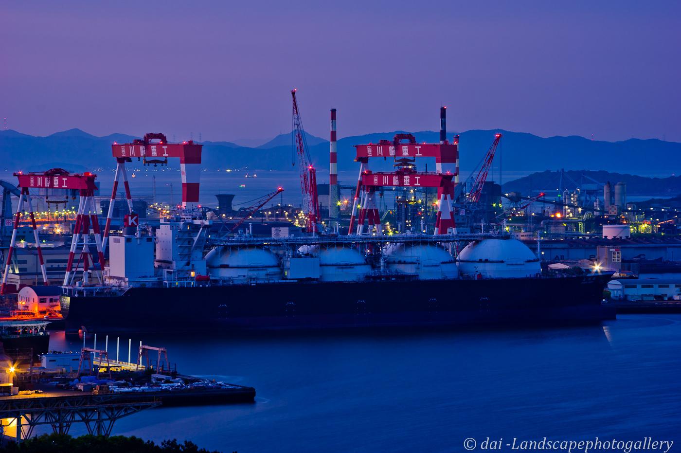 夕暮れの造船所
