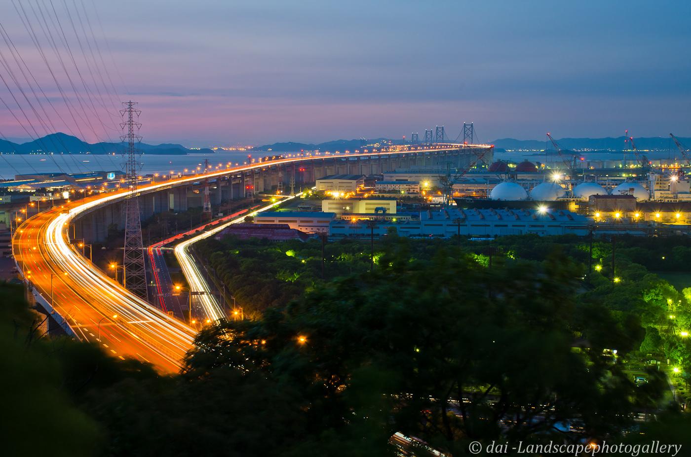 坂出から望む夕暮れの瀬戸大橋夜景