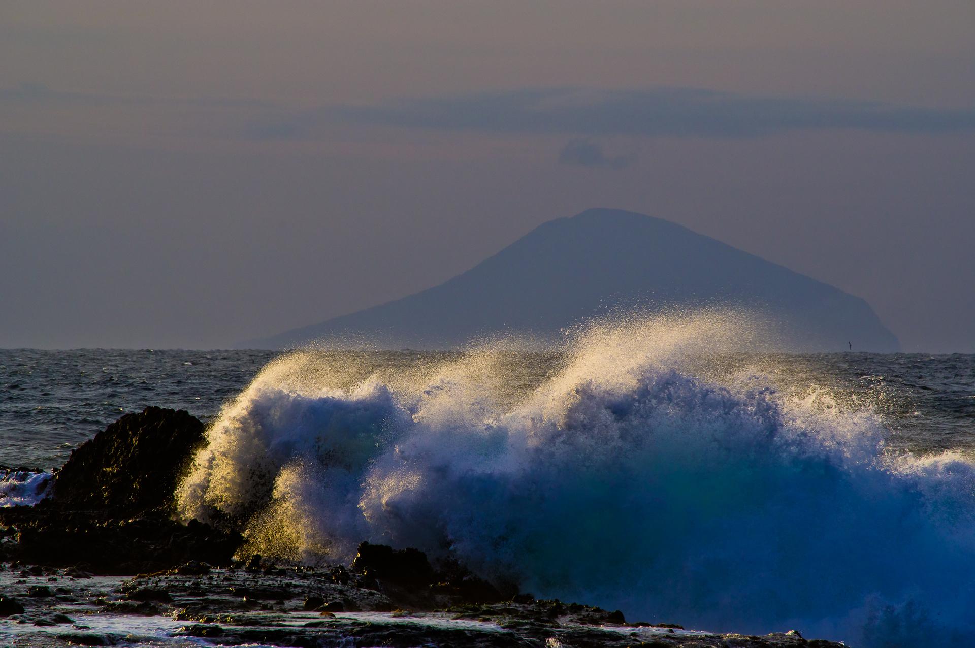 荒波と利島