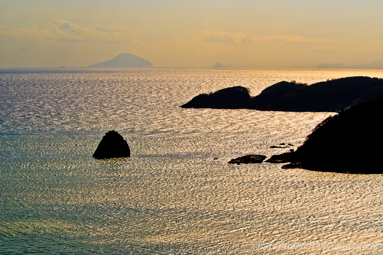 朝日輝く外浦湾
