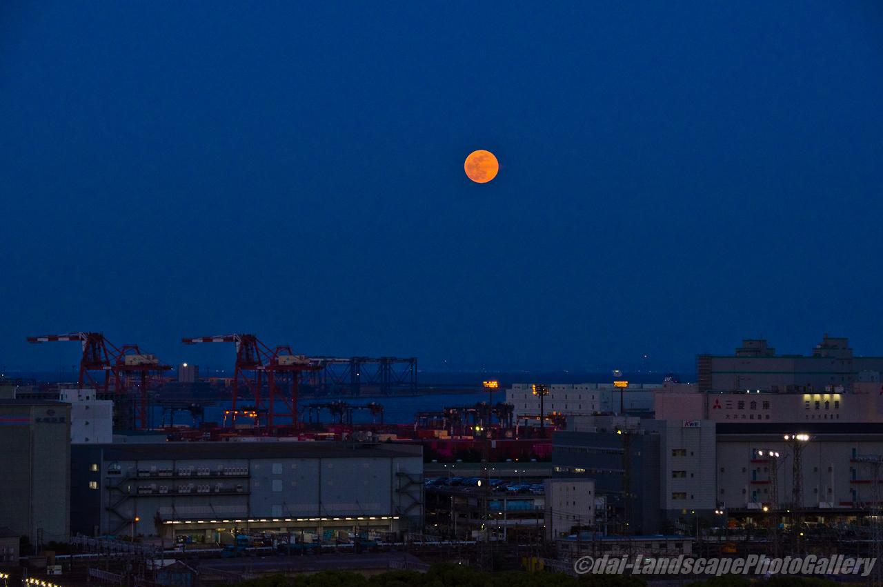 東京港から昇る月