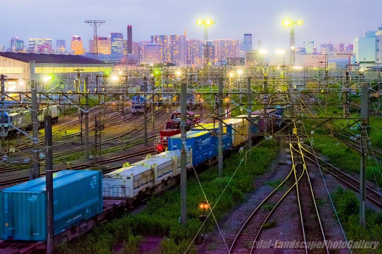 夜の東京貨物ターミナル駅風景