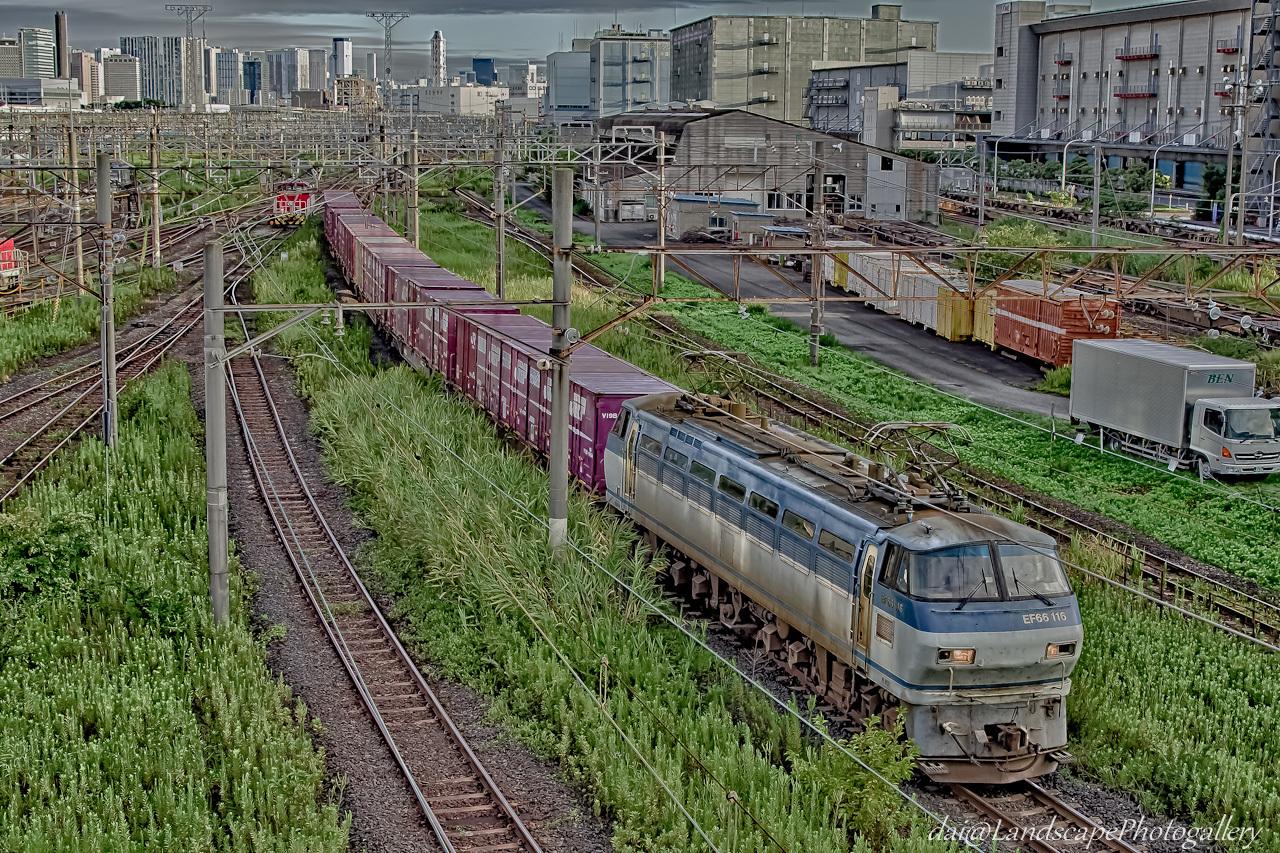 東京貨物ターミナル駅を出発するコンテナ列車【HDRi】