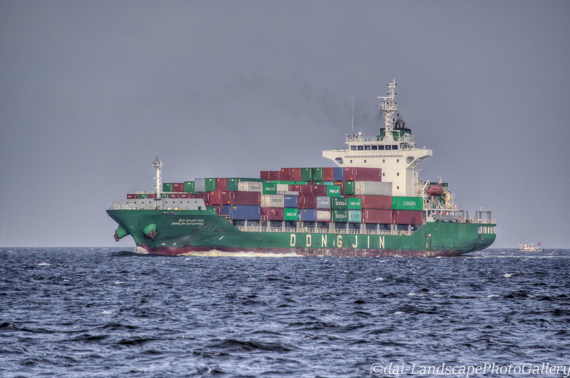 東京港を行き交うコンテナ船【HDRi】(DONGJIN ENTERPRISE)