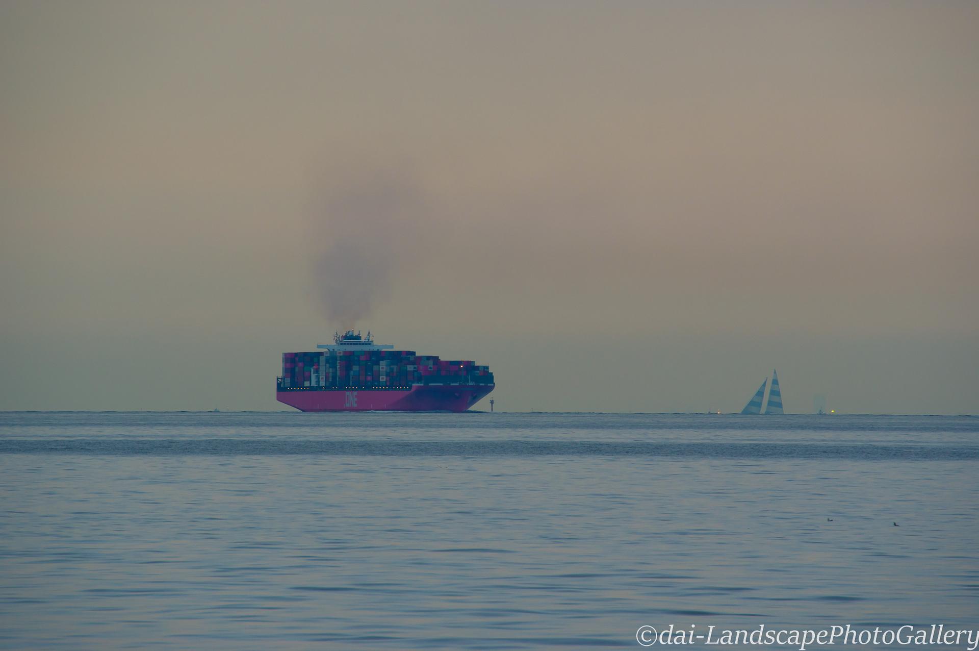早朝の東京湾を航行するONE HANNOVER