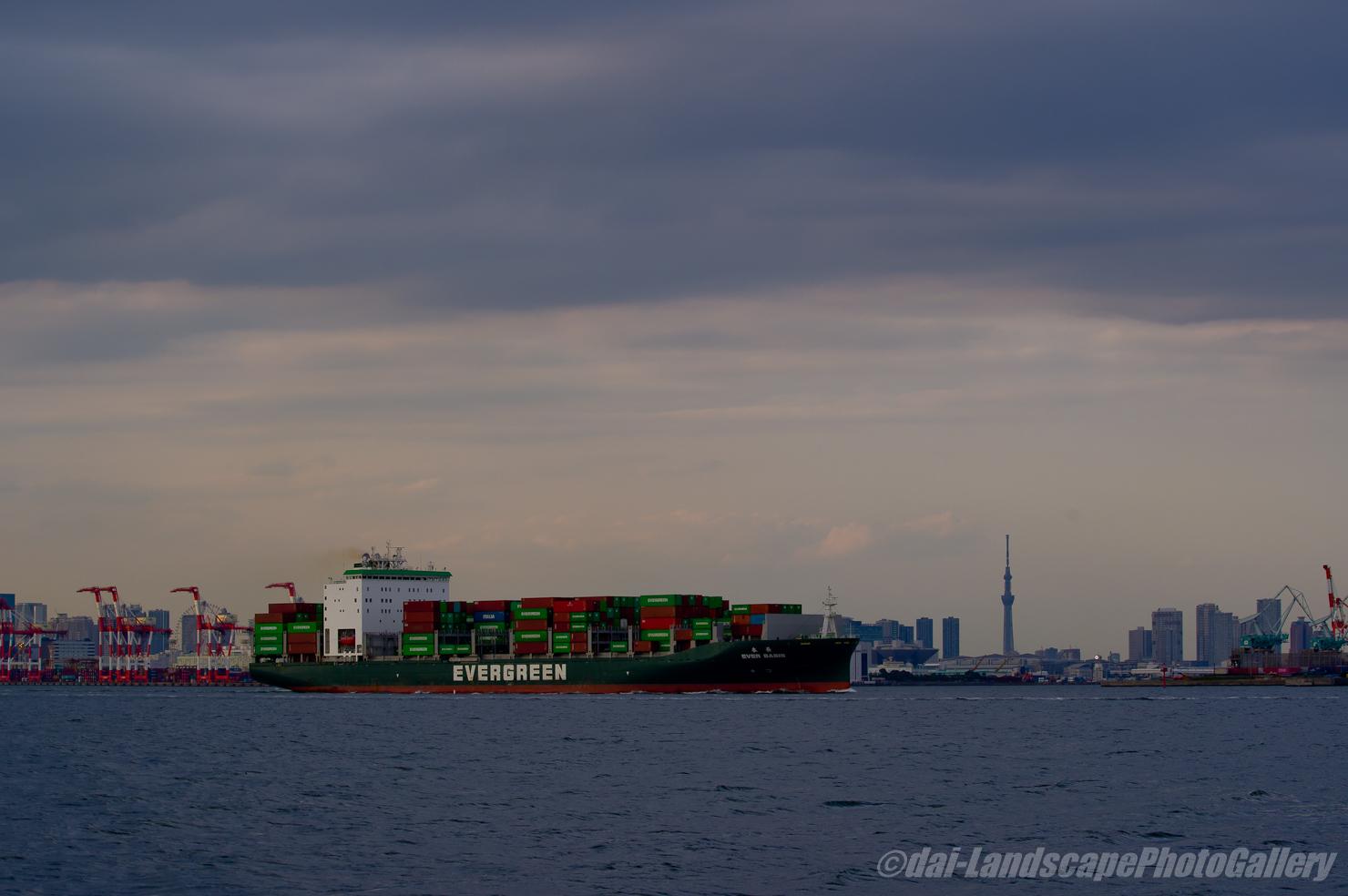 EVER BASIS (本長) 東京港出航風景
