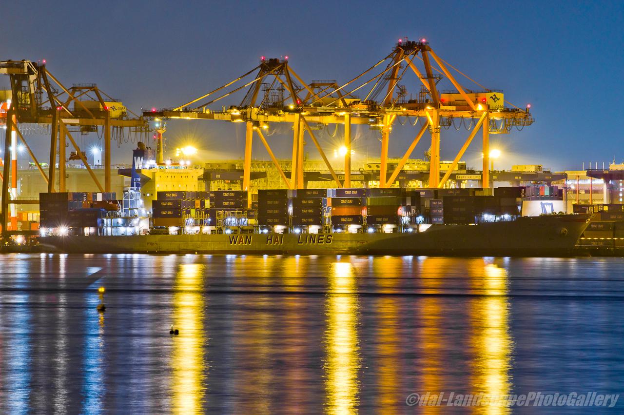 WAN HAI 315 夜の荷役風景