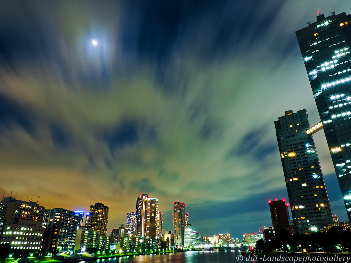 月と隅田川夜景