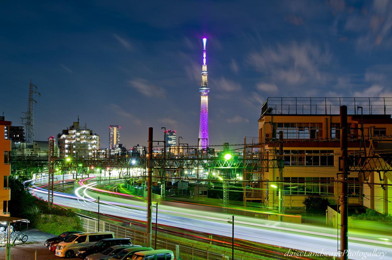 東京スカイツリーと東武鉄道の光跡