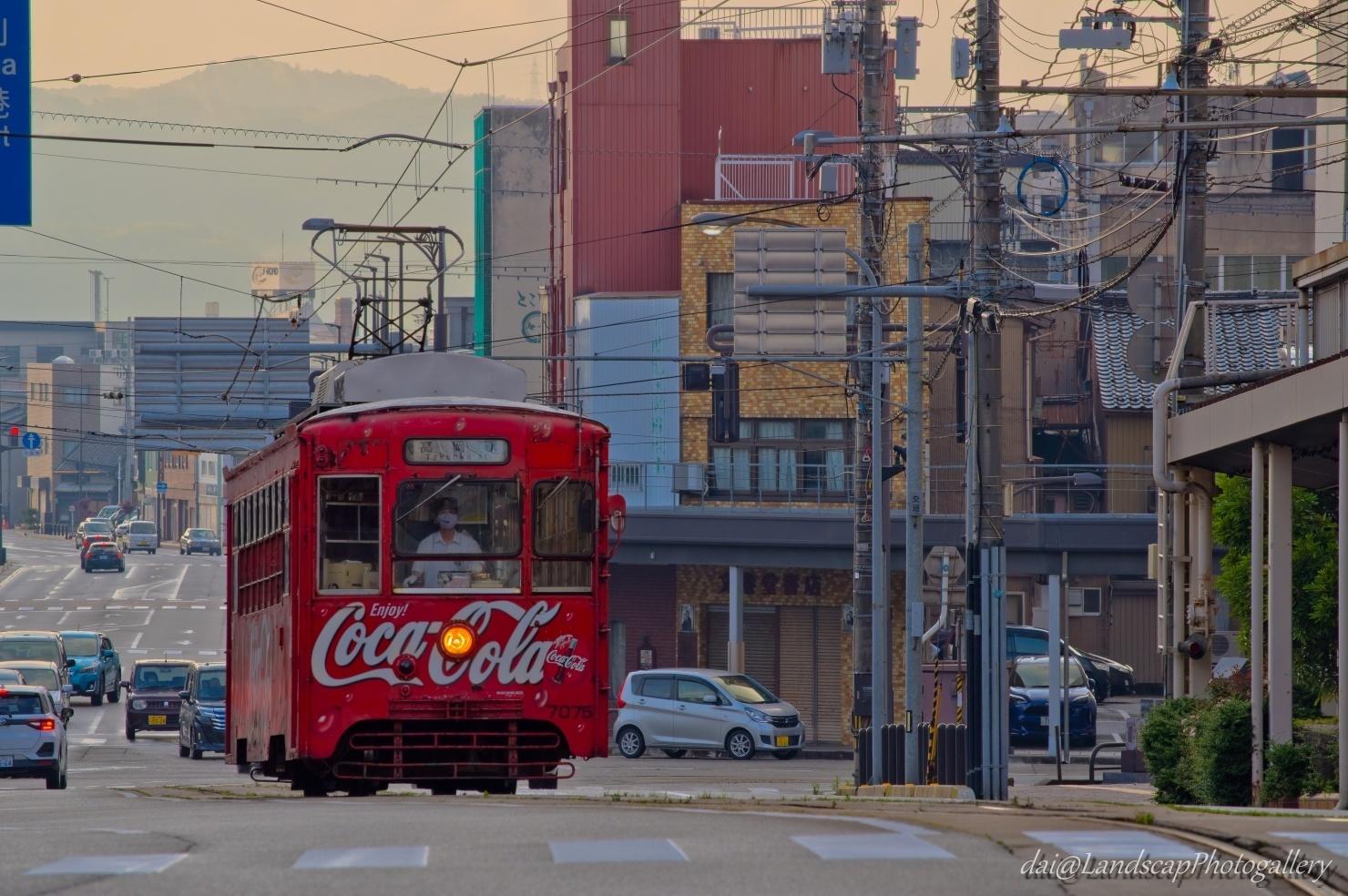万葉線 コカ・コーラ レトロ電車の走る風景