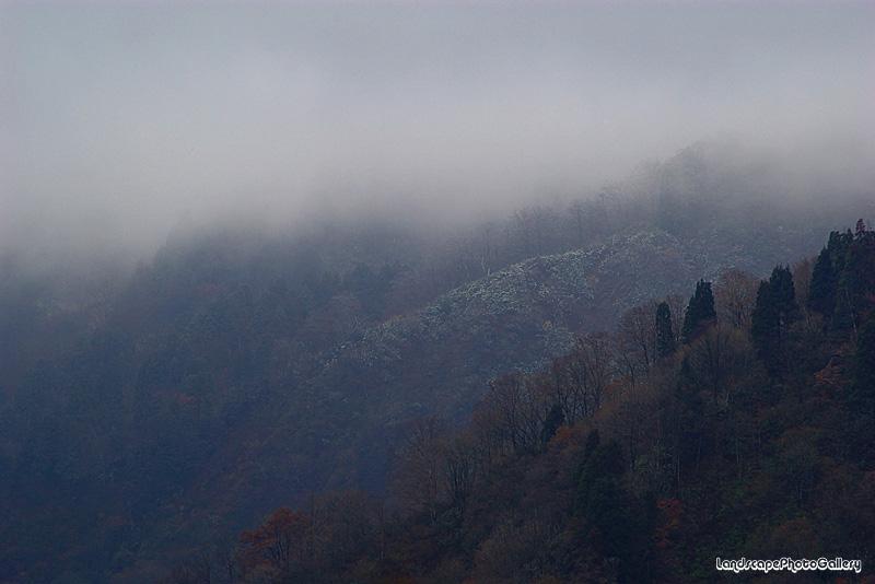 淡雪積もる初冬の山