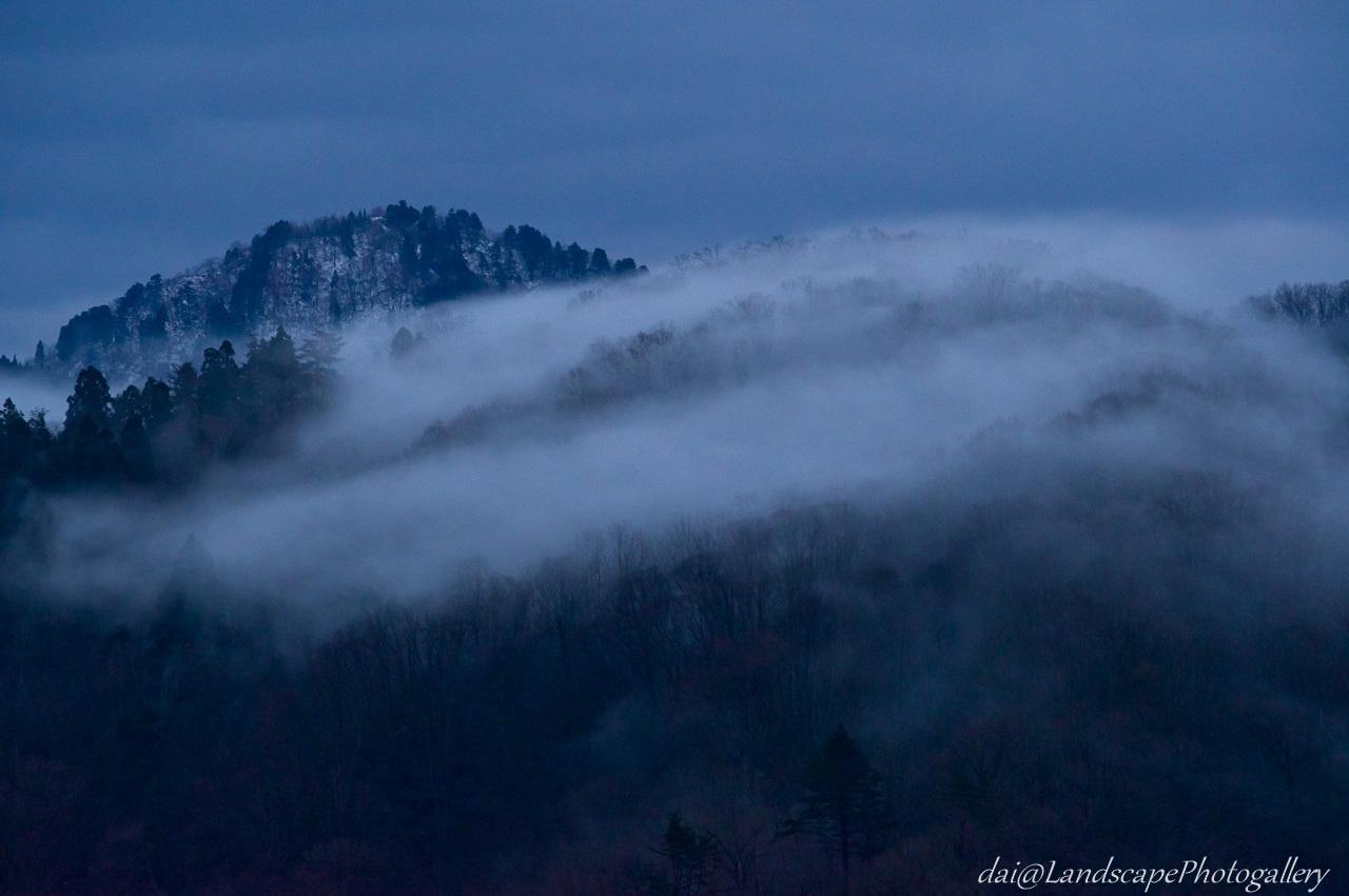 冬の霧覆う山