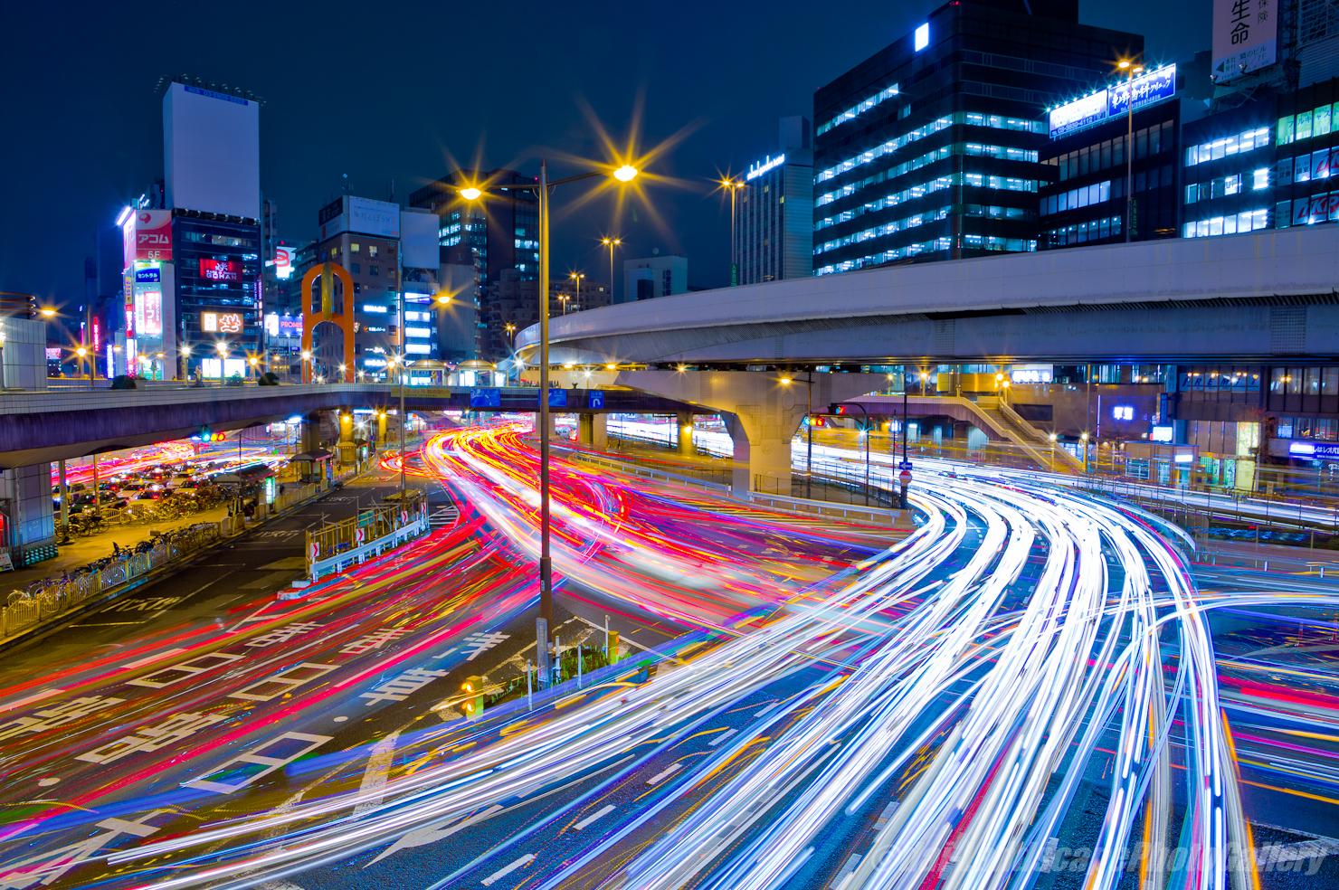 上野駅前の光跡