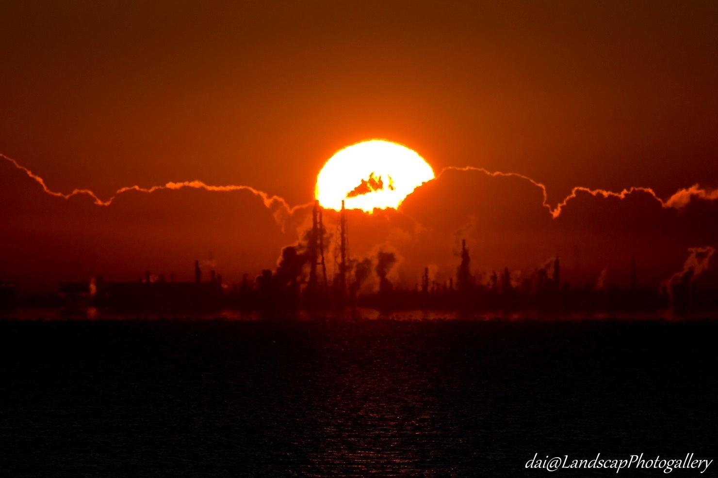 対岸に昇る朝陽