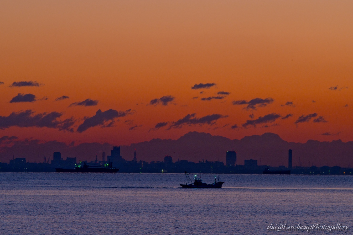 朝焼けの空と東京湾の漁船
