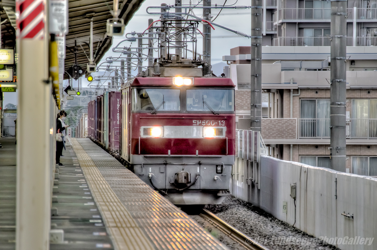 東鷲宮駅通過の貨物列車【HDRi】