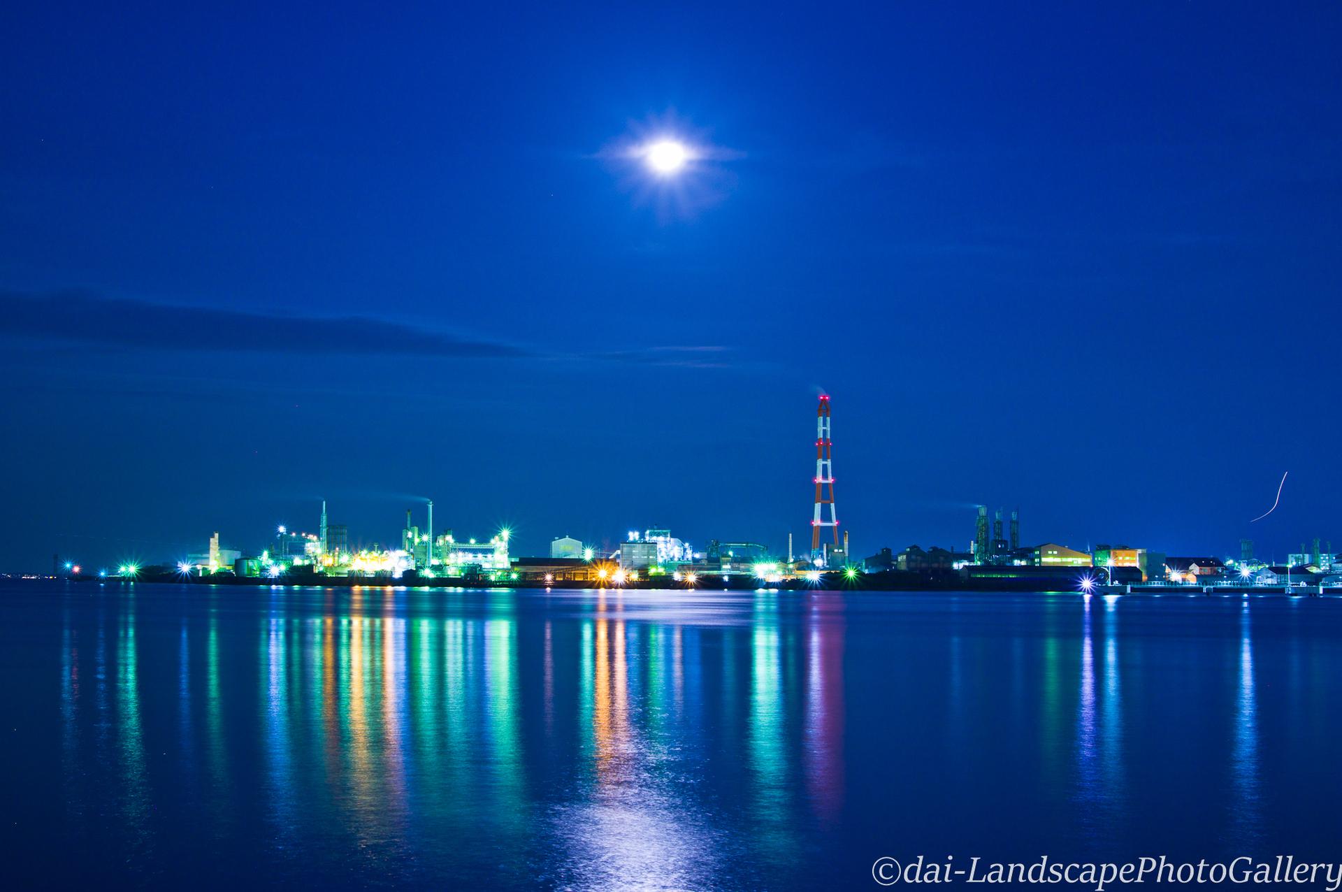 月と工場夜景