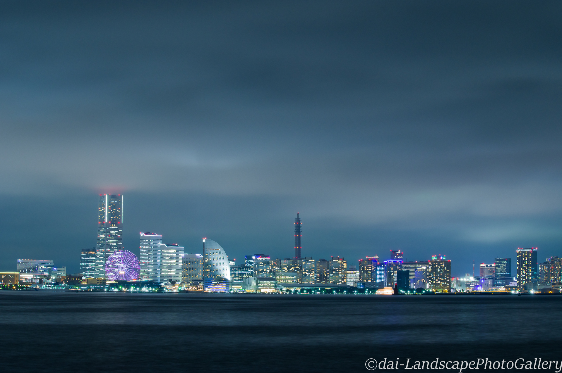 雨雲覆う横浜の夜空